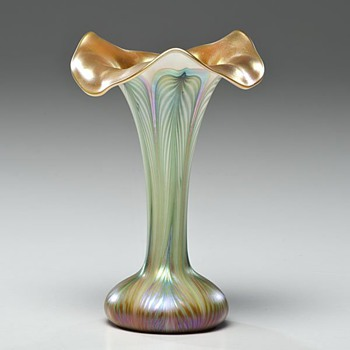 QUEZAL  LILY VASE - Art Glass