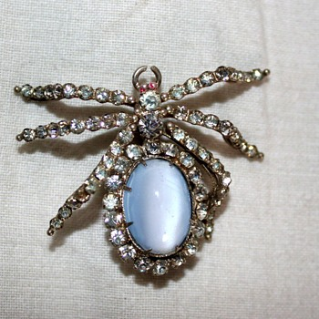 Bug brooch - Costume Jewelry