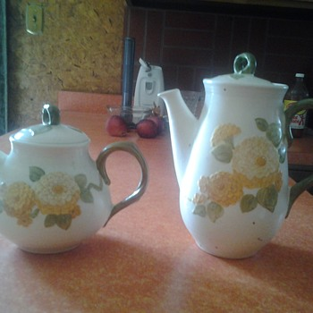 metlox sculpted zinnia teapot and coffeepot