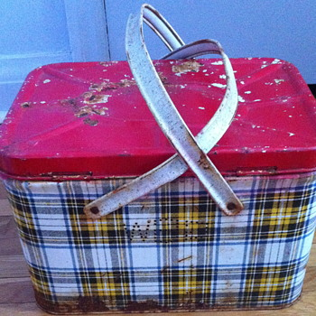 GSW plaid metal picnic basket.