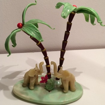 Kitch souvenir 50's elefants under palmtrees in glass