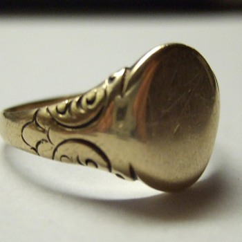I'm confused... Old ring. (Hand Engraved? Gold?)