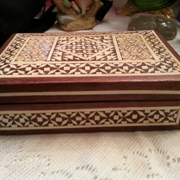INLAID STAR DESIGN SHELL WOOD BOX - Folk Art