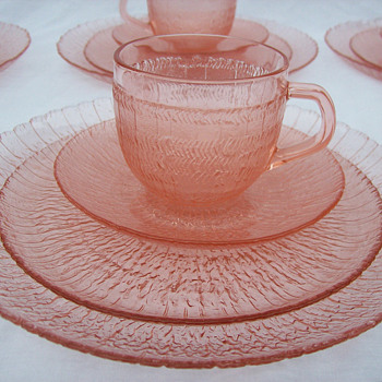 Arcoroc France Spirale pink glass dish set