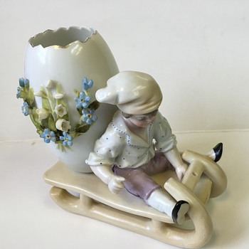Boy on sled - Figurines