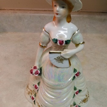 PORCELAIN SOUTHERN BELL - Figurines