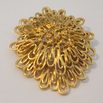 Monet 'Palazzo' filigree brooch goldtone - Costume Jewelry