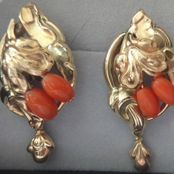 Biedermeier yellow gold coral earrings