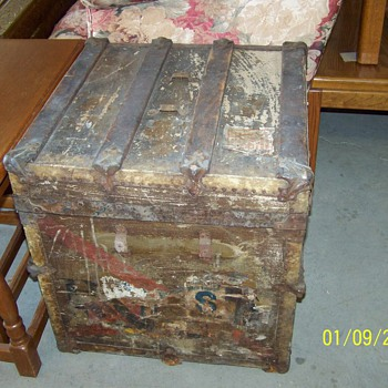 Old steamer trunk - Furniture
