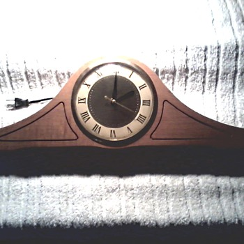 United Clock Corp. Electric Mantel Clock / Model 280 Birch Finish / Circa 1950-60