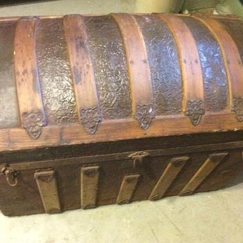 Unknown dome trunk...help identify?