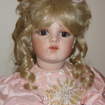 Need help identifying doll - Dolls