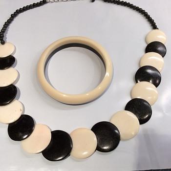 Vintage Bakelite bangle and necklace set - Costume Jewelry