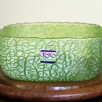 Crackle bowl by Toyo - Art Glass