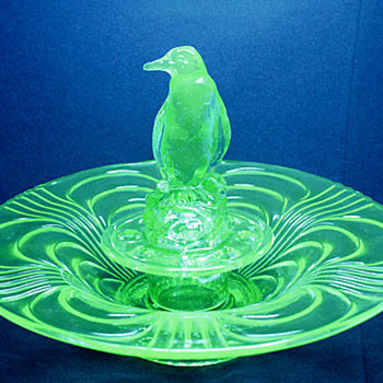 LIBOCHOVICE PENGUIN CENTREPIECE - Art Glass
