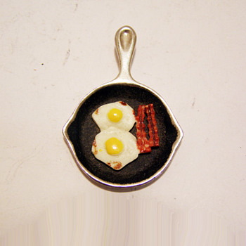 Vintage Luca Razza Frying Pan with Eggs and Bacon Pendant - Costume Jewelry