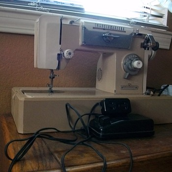 Awesome Vintage/Antique Sewing Machine - Sewing