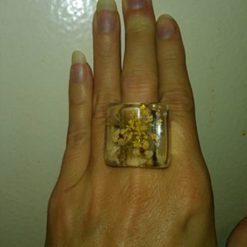 WILD!  LUCITE (?) RING WITH PRESSED FLOWERS IN IT!!