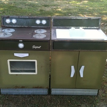 Metal play kitchen sink & stove