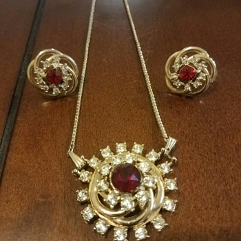 Beautiful Glowing Necklace-Brooch and Earrings Set