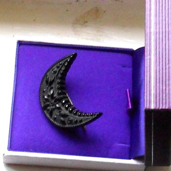 VICTORIAN WHITBY JET CRESCENT CARVED BROOCH