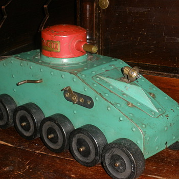 Structo Pressed Steel Tank 1930s. Electric headlight.