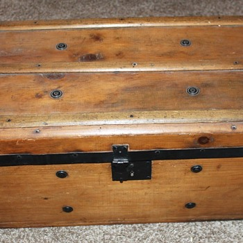 Neat little trunk/chest- trying to determine age