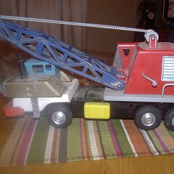 VINTAGE TOY TRUCK CRANE PRESSED METAL AND PLASTIC