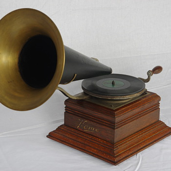 Zonophone front mount gramophone 1905