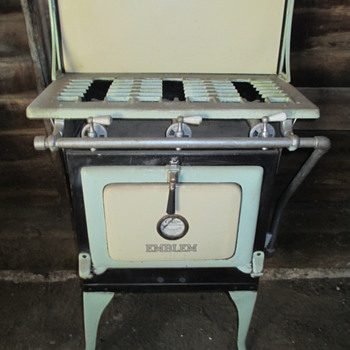 Caloric Emblem Gas Stove - Kitchen
