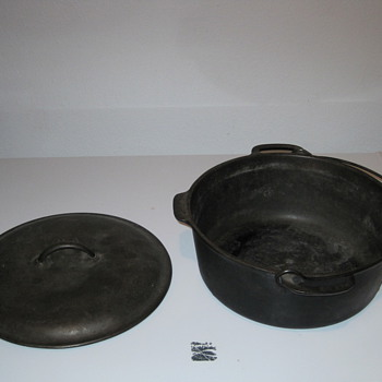 """No8"" Cast Iron Dutch Oven - Kitchen"