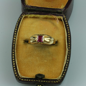 18 carat gold and ruby ring