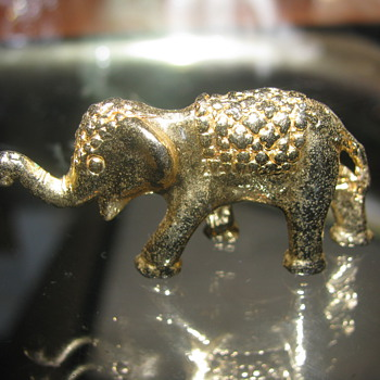 Gold elephant figure - Animals