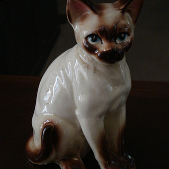 COULD THIS BE A ROYAL DOULTON SIAMESE CAT? NEED YOUR HELP ID.