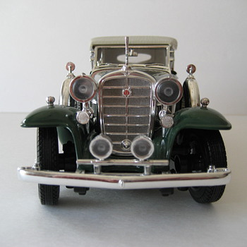 1932 Cadillac Phaeton V16 Die-Cast Replica - Model Cars