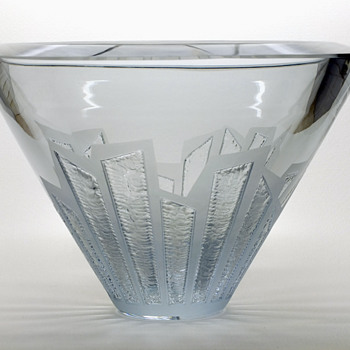 Heavy Asta Strömberg bowl with  carved pattern by Rune Strand. - Art Glass