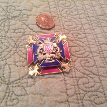 WW II COAT OF ARMS PIN  RARE???