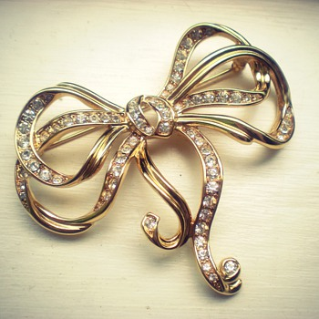 Trifari golden bow brooch - you know anything about it??
