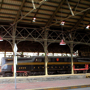 Pennsylvania RR GG1 at Harrisburg Station... - Railroadiana