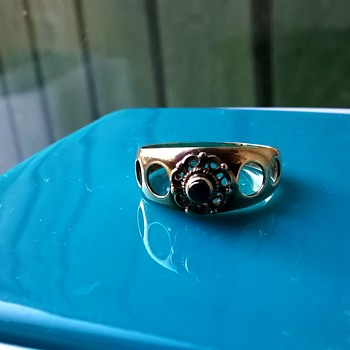 .333/8ct Gold Ring w/Faceted Garnet