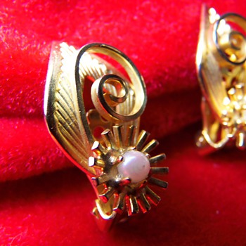 Gold and Pearl Clip on Earrings Please help identify... Unsigned w/ real pearl - Costume Jewelry