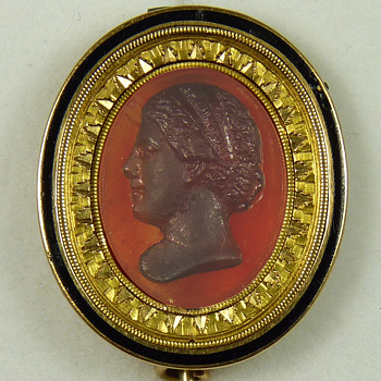 Carnelian Cameo Brooch in Neoclassical Gold Mount - Possibly Maria Feodorovna, wife of Paul I of Russia - Fine Jewelry