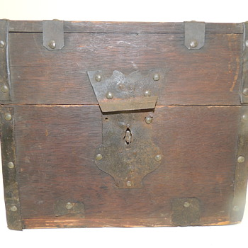 "18th Century American Liquor Carrying Chest - 9""x 7 1/2""x 8"""