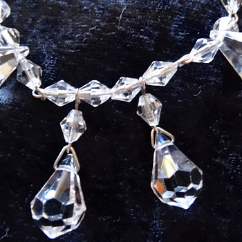 PRETTY VINTAGE CRYSTAL OR GLASS NECKLACE.