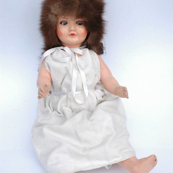 poupée en composition et yeux en verre vers 1930