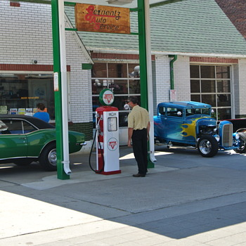Cool Old Gas Station....Photo Opportunity - Classic Cars
