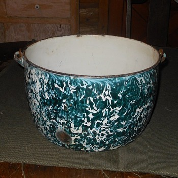 Large Graniteware Chrysolite Pot