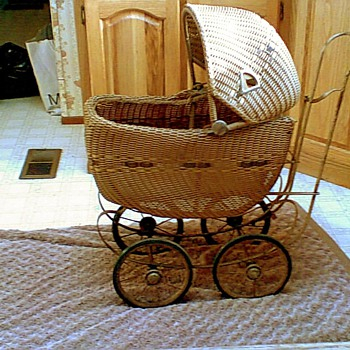 Doll (or baby?) carriage  Another mysyery to solve.... - Dolls