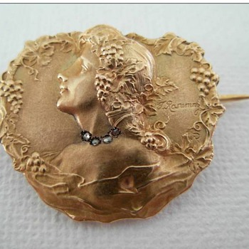 Art Nouveau brooch 18K with small rose cut diamonds, signed by F. Rasumny