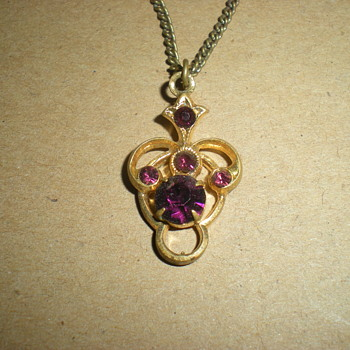Small Art Nouveau pendant with chain. - Art Nouveau